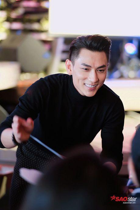 'Thai tu' Isaac thay den 5 bo trang phuc, dau tu het muc cho buoi hop fan Ha Noi - Anh 5