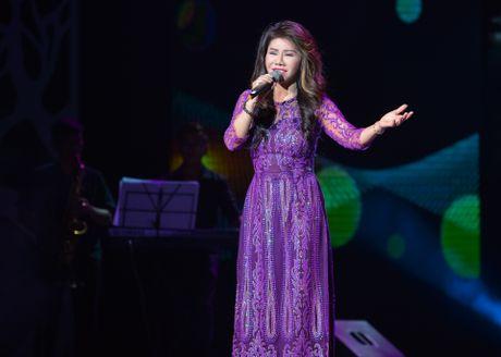 Ho Van Cuong lay nuoc mat khan gia o live show Giao Linh - Anh 10