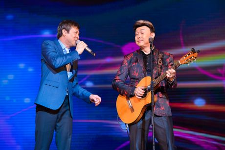 Ho Van Cuong lay nuoc mat khan gia o live show Giao Linh - Anh 11