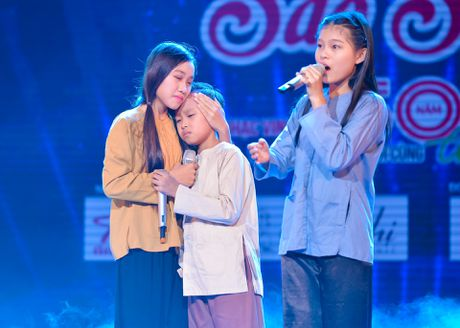 Ho Van Cuong lay nuoc mat khan gia o live show Giao Linh - Anh 3