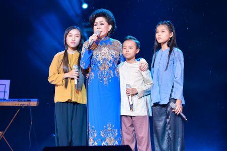 Ho Van Cuong lay nuoc mat khan gia o live show Giao Linh - Anh 4