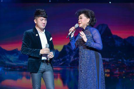 Ho Van Cuong lay nuoc mat khan gia o live show Giao Linh - Anh 6