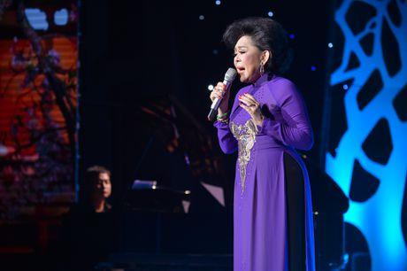 Ho Van Cuong lay nuoc mat khan gia o live show Giao Linh - Anh 7