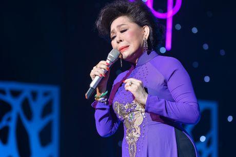 Ho Van Cuong lay nuoc mat khan gia o live show Giao Linh - Anh 8