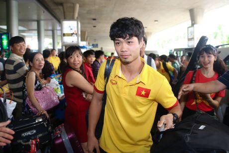 Fan nu hao hung don Cong Phuong tro ve cung tuyen Viet Nam - Anh 2