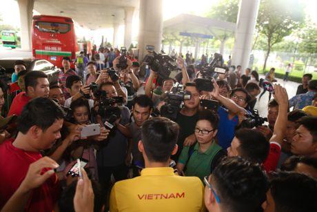Fan nu hao hung don Cong Phuong tro ve cung tuyen Viet Nam - Anh 6