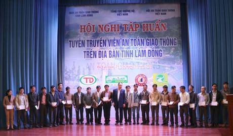 Lam Dong: Trao hon 600 giay chung nhan tuyen truyen vien ATGT - Anh 1