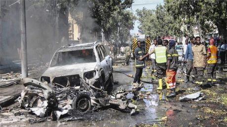 Somalia rung chuyen vi danh bom xe, hang chuc nguoi thuong vong - Anh 1