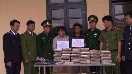 Bat qua tang 2 doi tuong dua 60 banh can sa vao Viet Nam - Anh 1