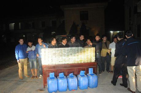 Bat 4 doi tuong van chuyen 300 banh heroin - Anh 1