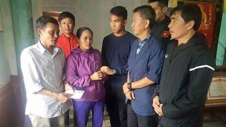 U19 Viet Nam tham, tang qua va giao luu o vung lu Quang Binh - Anh 1