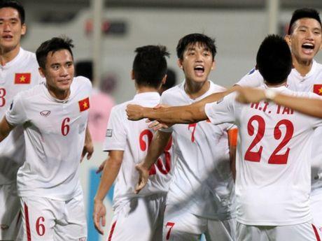 U19 Viet Nam tham, tang qua va giao luu o vung lu Quang Binh - Anh 2