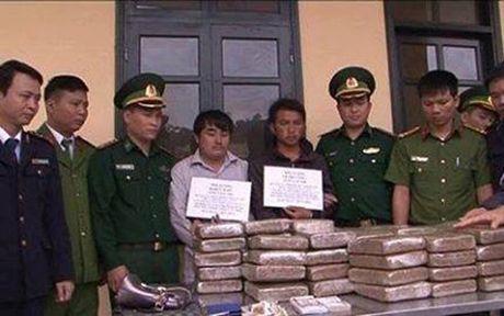 Mat phuc bat hai doi tuong nguoi Lao, thu giu 60kg can sa - Anh 1