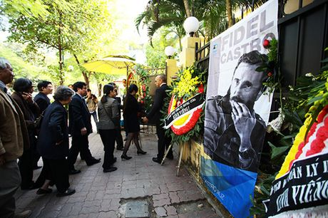 HN: Doan nguoi lang le xep hang vieng Chu tich Fidel Castro - Anh 1
