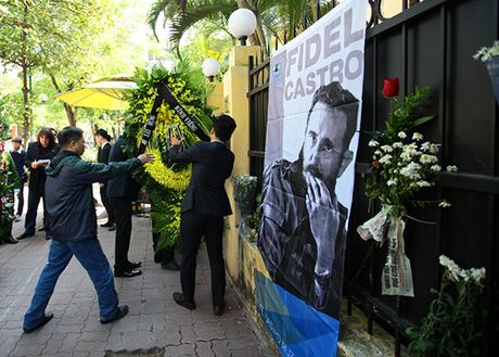 HN: Doan nguoi lang le xep hang vieng Chu tich Fidel Castro - Anh 5