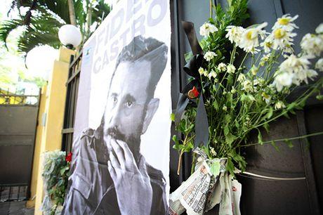 HN: Doan nguoi lang le xep hang vieng Chu tich Fidel Castro - Anh 7