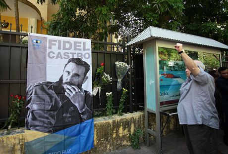 HN: Doan nguoi lang le xep hang vieng Chu tich Fidel Castro - Anh 8