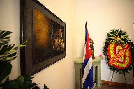 HN: Doan nguoi lang le xep hang vieng Chu tich Fidel Castro - Anh 9