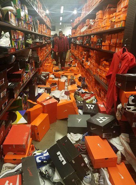My: Canh kinh hoang o cua hang Nike sau Thu sau Den - Anh 1