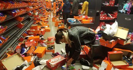 My: Canh kinh hoang o cua hang Nike sau Thu sau Den - Anh 3