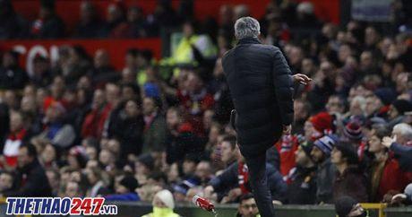 An phat cuc nang danh cho Mourinho vi phan ung voi trong tai - Anh 1