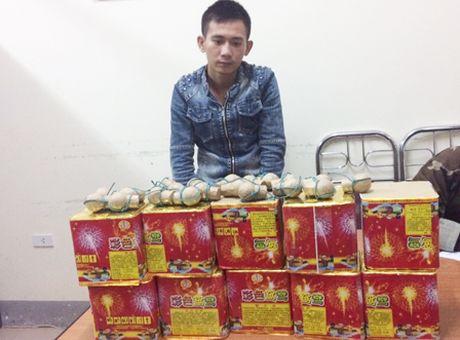 Bat hai doi tuong van chuyen phao no - Anh 3