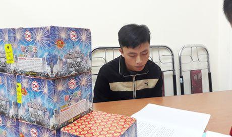 Bat hai doi tuong van chuyen phao no - Anh 1