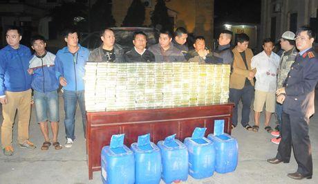 Bat doi tuong van chuyen 300 banh heroin cung nhung nguoi canh gioi - Anh 1