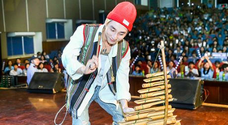 Son Tung M-TP duoc fan Buon Ma Thuot chao don cuong nhiet nhu Cong Phuong - Anh 1