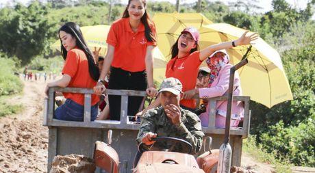Pham Huong, Nam Em cuoi may cay den voi tre em ngheo vung cao - Anh 1
