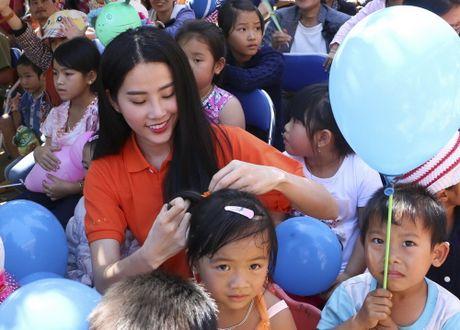 Pham Huong, Nam Em cuoi may cay den voi tre em ngheo vung cao - Anh 7