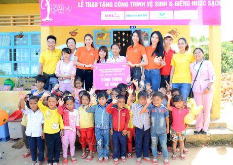 Nam A Bank cung to chuc Hoa hau Hoan vu Viet Nam tang nha cho ba con ngheo - Anh 1