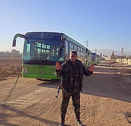 Chien su Syria: Phien quan lu luot nop vu khi dau hang o ngoai vi Damascus - Anh 1