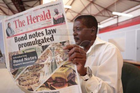 Zimbabwe phat hanh tien trai phieu co menh gia tuong duong dong USD - Anh 1