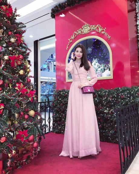 Pham Huong: Ca the gioi bong choc thu be lai… vua bang chiec tui Dior - Anh 10