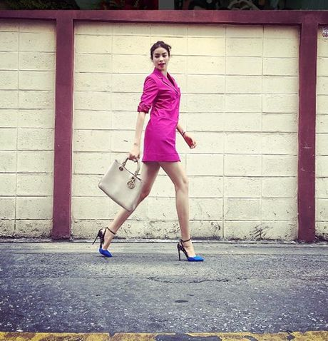 Pham Huong: Ca the gioi bong choc thu be lai… vua bang chiec tui Dior - Anh 15