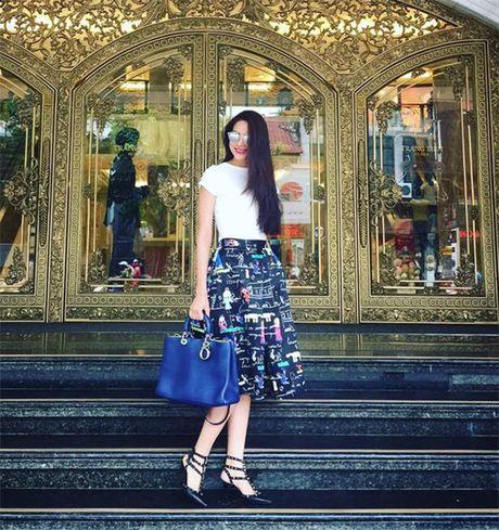 Pham Huong: Ca the gioi bong choc thu be lai… vua bang chiec tui Dior - Anh 16