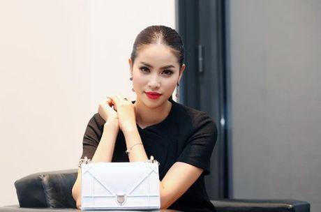 Pham Huong: Ca the gioi bong choc thu be lai… vua bang chiec tui Dior - Anh 5