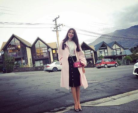 Pham Huong: Ca the gioi bong choc thu be lai… vua bang chiec tui Dior - Anh 7