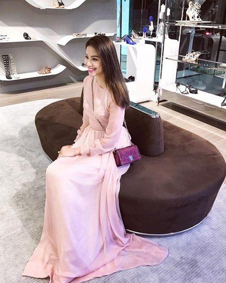 Pham Huong: Ca the gioi bong choc thu be lai… vua bang chiec tui Dior - Anh 9