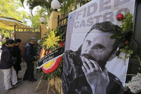 Nguoi dan bat khoc khi vieng Fidel Castro tai Ha Noi - Anh 5