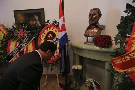 Nguoi dan bat khoc khi vieng Fidel Castro tai Ha Noi - Anh 7