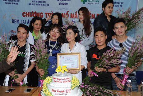 Viet Trinh danh tron sinh nhat cho 350 benh nhan mu o Lam Dong - Anh 1