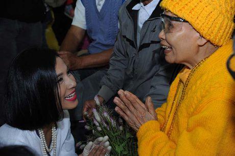 Viet Trinh danh tron sinh nhat cho 350 benh nhan mu o Lam Dong - Anh 3