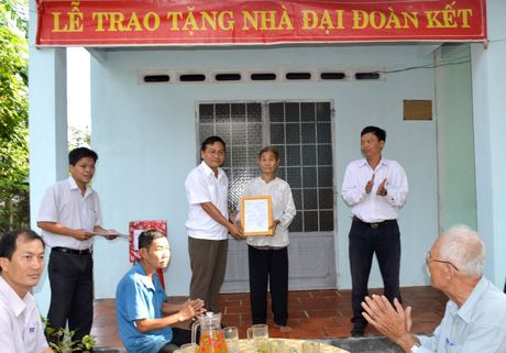 Ban giao 16 can nha Dai Doan ket cho ho ngheo - Anh 1