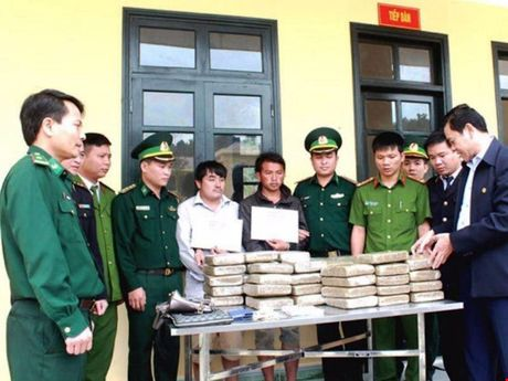 Hai thanh nien Lao vao Viet Nam cung 60 banh can sa - Anh 1