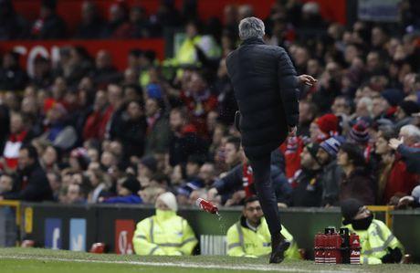 Trut gian vao chai nuoc, Mourinho bi duoi len khan dai - Anh 3