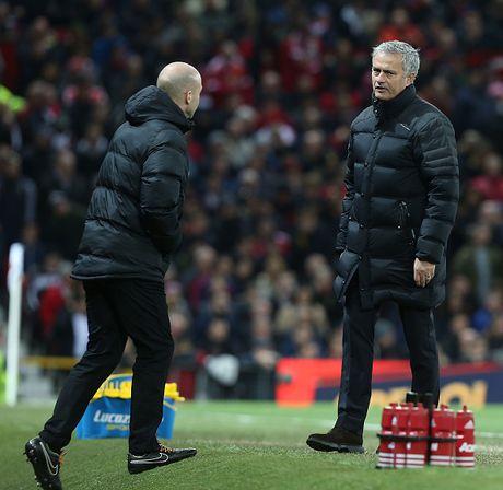 Trut gian vao chai nuoc, Mourinho bi duoi len khan dai - Anh 4