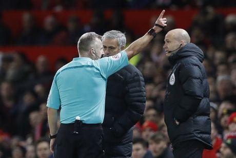 Trut gian vao chai nuoc, Mourinho bi duoi len khan dai - Anh 5