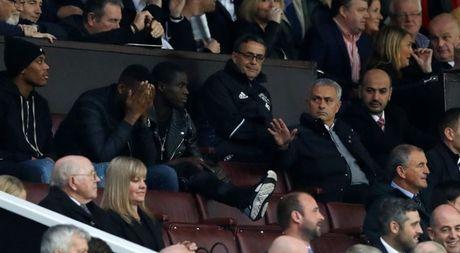 Trut gian vao chai nuoc, Mourinho bi duoi len khan dai - Anh 7
